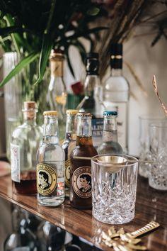 Cheers an der Hausbar! - Über ein Buch mit den feinsten Drinks zum Selbermixen Gin Fizz, Henry Thomas, Bar Interior, Tonic Water, Cheers, Bar Cart, Whiskey Bottle, Take That, Coffee