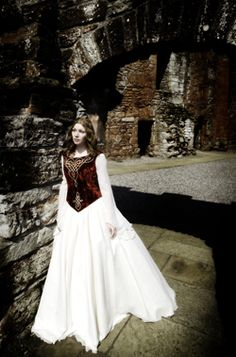 Red crushed velvet bodice with white skirt and sleeves. Celtic Wedding, Renaissance Wedding, Medieval Fashion, Medieval Dress, Celtic Clothing, Bridal Gowns, Wedding Dresses, Theatre Costumes, Cosplay Outfits