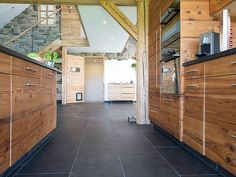 The slate tiles and the wood are perfectly combined and give off a modern atmosphere – stonenaturelle Source by Chalet Interior, The Slate, Kitchen Design, Garage Doors, Flooring, Wood, Outdoor Decor, House, Slate Tiles