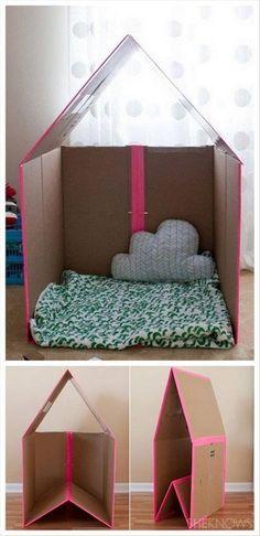 Casa de cartón realizada de forma artesanal para niños y niñas como cuarto para dormir estilo cabaña