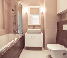 Aranżacja łazienki w ciepłych barwach beżu i brązu. Wanna z funkcją prysznica to praktyczne rozwiązanie do małych łazienkowych wnętrz. Corner Bathtub, Alcove, Bathroom, Washroom, Full Bath, Bath, Bathrooms, Corner Tub