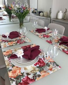 Table decoration rnrnSource by lucybolaos Dining Room Table Decor, Decoration Table, Comment Dresser Une Table, Table Manners, Boho Home, Table Arrangements, Decor Interior Design, Table Settings, Instagram
