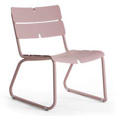 L'élégance jusque dans le jardin.  Déclinée en bleu, vert et rose pastel, ces chaises en aluminium se combinent à l'envie. Elles peuvent être mariées à des couleurs plus sombres afin de créer un contraste. Confortables et robustes, elles raviront toute la famille !   Chaise de jardin Oasiq © Oasiq