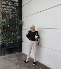 how to put outfits together Hijab Casual, Ootd Hijab, Hijab Chic, Modern Hijab Fashion, Street Hijab Fashion, Hijab Fashion Inspiration, Muslim Fashion, Ootd Poses, Hijab Style Dress