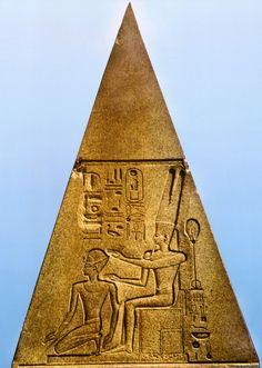 Detalle del relieve existente en un obelisco caído en Karnak. La reina HATSHEPSUT representada como un hombre es coronada por el Dios AMON. Quinta gobernante de la Dinastía XVIII del Imperio Nuevo. Reinado 1490 a 1468 a.C.