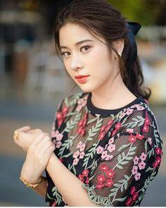 จิกกล้องให้สุดแล้วหยุดที่นางร้ายแบบสารภี😍😘 📷cr Cute Asian Girls, Beautiful Asian Girls, Beautiful Women, Thai Wedding Dress, Beautiful Girl Photo, Ulzzang Girl, Asian Woman, Girl Photos, Asian Beauty