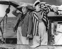"""C'era una volta un piccolo naviglio - 1940 Stanlio e Ollio lavorano in una fabbrica di trombe come collaudatori. Ben presto Ollio capisce di essere affetto da una strana malattia, la """"cornofobia"""", che lo rende allergico ai suoni delle trombe provocando in lui forme di incontrollabile aggressività. Dopo una buffa visita medica da parte del dottor Finlayson che consiglia ai due compagni di respirare aria salmastra, Stanlio e Ollio, soffrendo il mal di mare, salgono su una barca legata alla…"""