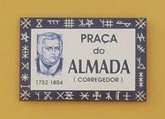 Placa de Rua no centro da cidade  (Póvoa de Varzim – Portugal) com marcas familiares.- hispanismo.org/portugal/siglas-poveiras
