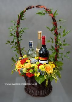 Deco Floral, Arte Floral, Floral Design, Valentine Flower Arrangements, Rose Arrangements, Fruit Flower Basket, Wine Baskets, Wedding Gifts For Guests, Floral Bouquets