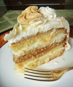 Bolo de aniversario com doce de leite e chocolate branco: