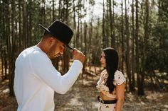 KAREN E DANILO Ensaio de casal em Holambra Cowboy Hats, Fashion, Field Of Sunflowers, Photoshoot, Wedding Photography, Beautiful Landscapes, Married Couple Photos, Field Of Flowers, Moda