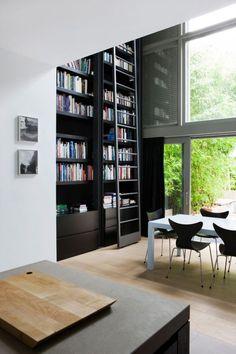 20120628_arq10235_estante de livros, mesa jantar, parede de vidro, ambientes integrados via: street-style-ista.tumblr.com/post/25925163337/sp-ike#