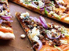 Kleiner Kuriositätenladen: Kürbispizza mit Hackfleisch und roten Zwiebeln