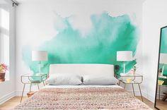 amenagement chambre a coucher adulte, mur couleur blanche avec une tache couleur vert d eau, linge de lit blanc, couverture de lit multicolore, tables de nuit design, grand miroir rectangulaire