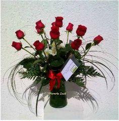 Arreglo floral de 12 rosas en base de vidrio. Catalogo: www.floreriazazil.com Envío a domicilio. #floreriasencancun #cancunflorist