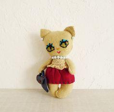 バッグチャームです。オーナメントとしてお部屋に置いても可愛いかと・・一針、一針手縫いをしています。フエルト、革 刺繍糸大きさ 人形本体の長さ 13cm今日はデ...|ハンドメイド、手作り、手仕事品の通販・販売・購入ならCreema。