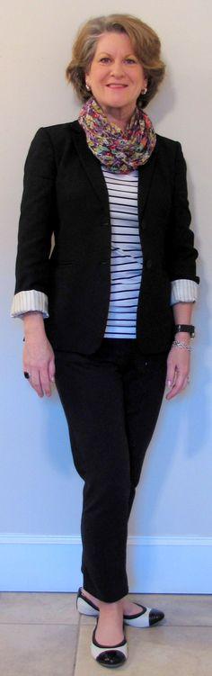 Tons mais claros da camiseta e lenço suavizaram o visual..Sapatilha bicolor favoreceu para um estilo mais despojado, apesar da predominancia do preto! Arrasou!