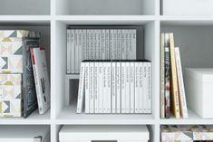Ikeas Kallax Regal eröffnet dir unendliche Gestaltungsmöglichkeiten. Entdecke jetzt unsere cleveren Ergänzungsprodukte, wie CD- und Flascheneinsätze. Ikea Sofas, New Swedish Design, Ikea Art, Billy Regal, Ikea Kallax Regal, Ikea Billy, Scrapbook, Bookcase, Storage