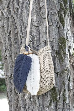 I love accessorizing my bags with purse charms and this oversized macrame feather is stylish, fast and super easy to make. Crochet Feather, How To Make Purses, Making Purses, Macrame Purse, Denim Crafts, Diy Purse, Macrame Patterns, Boho Diy, Crochet Purses