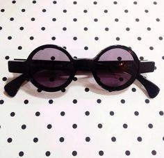 Giornata fredda e uggiosa, cosa c'è di meglio del mettersi sul web a farsi tentare dalle cose che si desidera possedere? Una piccola tentazione firmata #alainmikli disponibile presso lo store di #venafro #vintage #occhiali #sole #sunglasses #sunwear #sun #pantos #mikli #pois