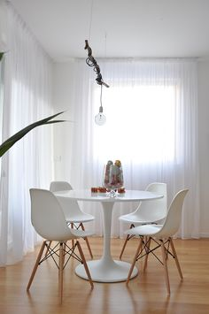 Retro Dining Rooms: Take a look at this dazzling dining room lighting with an amazing dining room decor Dining Nook, Dining Room Lighting, Mesa Tulip, Retro Dining Rooms, Retro Room, Ikea Table, Small Dining, Living Room, Apartment Living