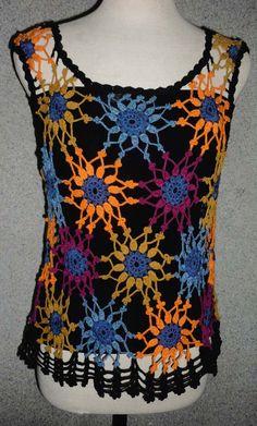 Blusa tejida a crochet en hilos de colores azul, anaranjado, ocre, magenta y negro, Talla M