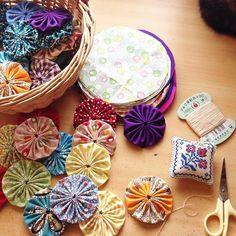 パッチワーク初心者さんにもオススメなのが、ヨーヨーキルト。はぎれとお裁縫セットを使って、手縫いでチクチク小さな丸を作ってつなげていくだけの、簡単パッチワークです。選ぶ生地次第で、キュートにもシックにもなってくれますよ。今回はヨーヨーキルトの基本の作り方と、素敵なアレンジ方法をご紹介していきます。 General Goods, Yo Yo Quilt, Fabric Jewelry, Fabric Art, Fabric Flowers, Diy And Crafts, Kawaii, Fancy, Quilts