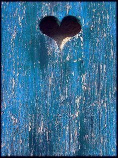 volet bleu avec un coeur en centre