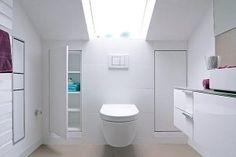 In diesem Bad finden unter der Dachschräge zwei Einbauschränke Platz.