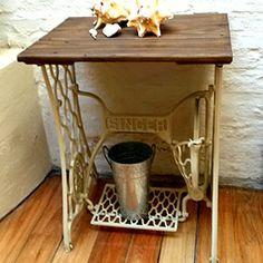 Auténtico pie Singer, reciclado como mesa, ideal para decorar.