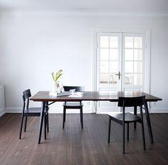 Spisebord i røget egmed sorteben i ask fra WOUD. Plankebordet i eg er i maskulint design, med tre solide ege planker på afrundede ben. Designet gør, at bordet