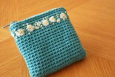手編みの刺繍入りポーチ