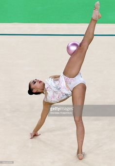 Russia's athlete Margarita Mamun with a ball in the rhythmic gymnastics individual all-around final (Rotation at Rio Olympic Arena at the 2016 Summer Olympic Games. Gymnastics Pictures, Sport Gymnastics, Artistic Gymnastics, Rhythmic Gymnastics, Flexibility Dance, Gymnastics Flexibility, Famous Gymnasts, Dancer Photography, Female Gymnast