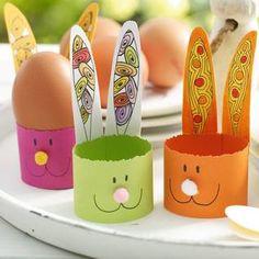 Eierbecher für Ostern basteln - Farbenfrohe Osterhasen-Eierbecher aus Buntpapier mit Bastelvorlage