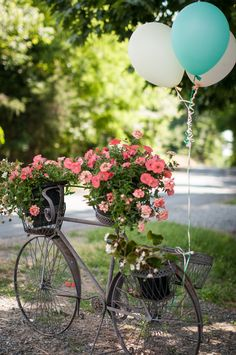 Planning a #vintage wedding? Greet your guests with metal bicycles with balloons! {@bethanyrsnyder}