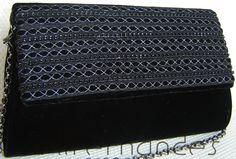 Carteira trapézio em crepe preto e aba com galões bordados.