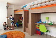 O beliche, assinado pelo designer Paulo Alves, tem galhos de árvore estilizados, uma cobra verde e até um dossel em formato de folha. O quarto é de Ian, 4 anos, filho de Marcelo Rosenbaum
