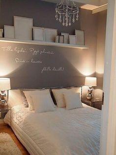 Dormitorio pequeño con baldas en la pared