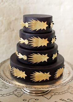This cake is so beautiful but I have to wonder.... Does black fondant stain your mouth?