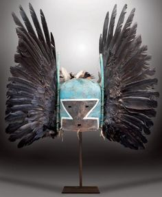 ANGWUSNASOMTAQA - Masque Heaume ANGWUSNASOMTAQA ou TUMAS CROW MOTHER (Colton 12) - Mère-Corbeau de la première mesa. HOPI, Arizona. Ca. 1880 Hauteur: 24 cm, Diamètre: 19 cm, Hauteur hors tout: 63 cm, Longueur hors tout: 62 cm 40 000 - 50 000 € Résultat : 160 000 €