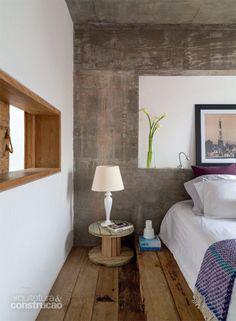 Materiais remanescentes da obra deram origem à cama e aos criados-mudos do casal. Projeto de Maurício Takahashi.