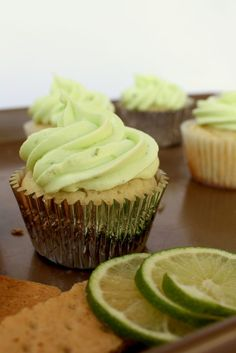 Key Lime Pie Cupcakes -- The frosting looks really good on these! -- Description: A key lime cupcake with a graham cracker crust topped with lime cream cheese frosting. Cupcake Recipes, Cupcake Cakes, Dessert Recipes, Fun Recipes, Key Lime Pie, Köstliche Desserts, Delicious Desserts, Yummy Food, Key Lime Cupcakes