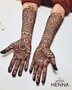 Love it 💕 can't wait for the upcoming henna season to kick back up!Elegant henna design inspired from and by I like the wavy vine leaves pattern on the wrist and on the palm!No photo description available. Rajasthani Mehndi Designs, Indian Henna Designs, Henna Art Designs, Dulhan Mehndi Designs, Tatoo Designs, Wedding Henna Designs, Latest Bridal Mehndi Designs, Mehndi Designs 2018, Mehndi Designs For Girls