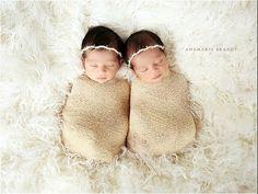 Sie legt die Zwillinge ruhig hin. Die Fotos die sie danach von ihnen macht sind einfach atemberaubend! - DIY Bastelideen