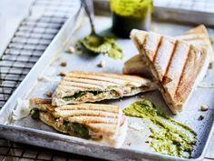 Croque met kip, pesto en basilicum - Libelle Lekker Een croque met een Italiaanse twist. Pesto, Sandwiches, Brunch, Food, Recipes, Essen, Meals, Ripped Recipes, Eten