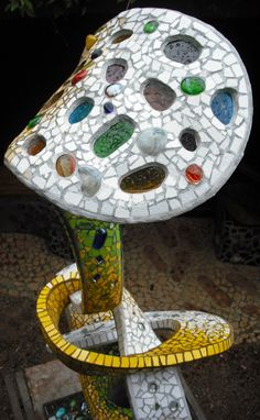 Joan Serinyà : MACETA-ESCULTURA decorada en TRENCADÍS-05 Mosaic Designs, Bird, Outdoor Decor, Home Decor, Garden Decorations, Tiles, Mosaics, Stones And Crystals, Exterior Design