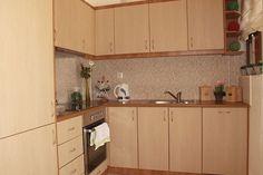 Die gut ausgestattete Ferienwohnung Apartment Meerblick in Karoti bei Episkopi auf Kreta verfügt auch über eine moderne Küche. Kitchen Cabinets, Home Decor, Crete Holiday, Kitchen Contemporary, Decoration Home, Room Decor, Kitchen Cupboards, Interior Design, Home Interiors