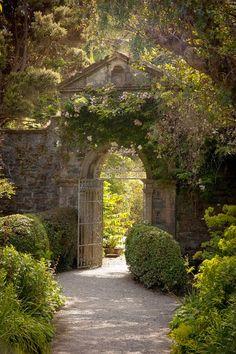 Garden Entryway Ideas - via La Lumiere The Light La Luca: The Gate Beautiful