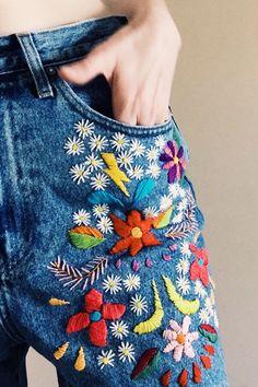 denim bordado por tessa perlow bordado a mano # bestickte jeans von tessa perlow handstickerei Hand Embroidery Patterns, Embroidery Stitches, Embroidery Designs, Embroidery Kits, Embroidery On Jeans, Flower Embroidery, Simple Embroidery, Sewing Stitches, Embroidery Fashion