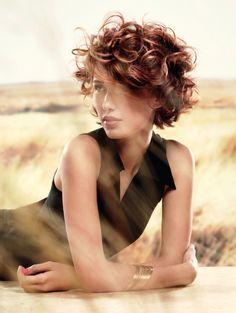 Les femmes qui ont des cheveux bouclés rêvent de cheveux lisses et vice-versa. Pourtant cet été, les coupes pour cheveux bouclés font fureur